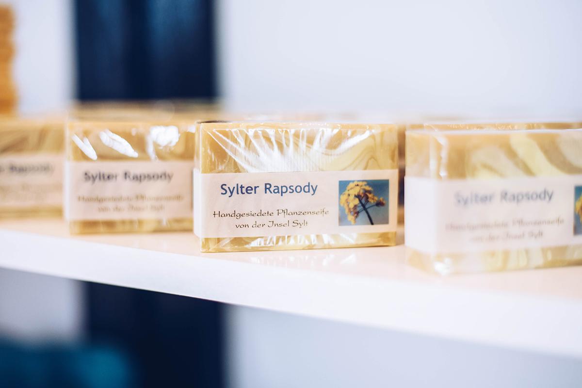 Tauche ein in die duftende Welt von Kirsten Deppe, die in ihrer Sylter Seifen Manufaktur in Morsum Pflanzenseife mit Sylter Zutaten herstellt.