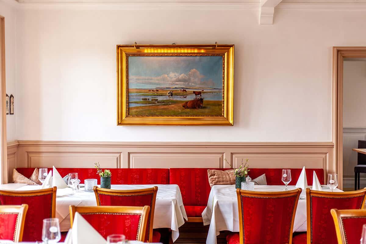 Innenaufnahme rote Stühle Restaurant Königshafen