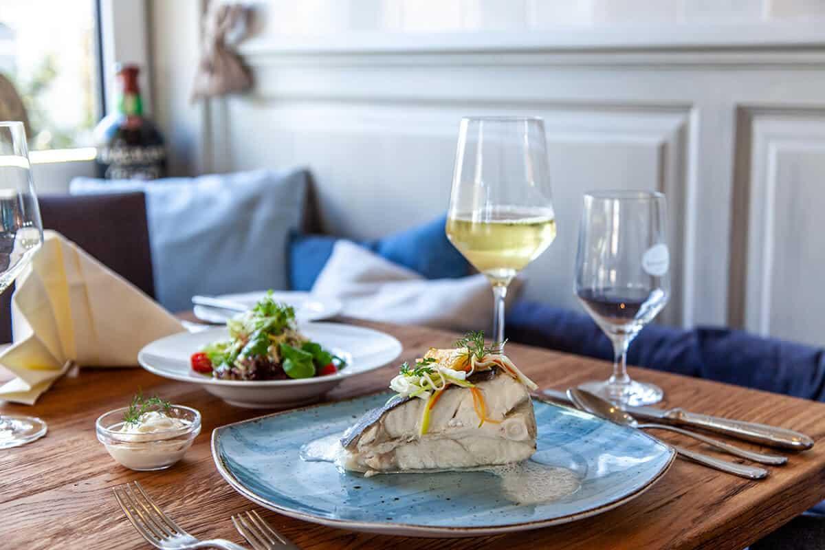 Lecker: Steinbutt mit Salat und Weißwein im Restaurant Königshafen in List