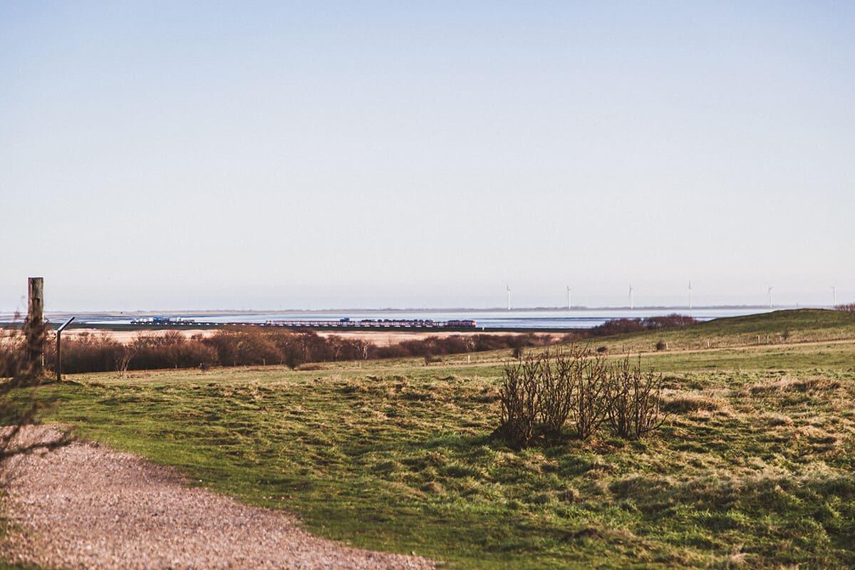 Blick auf den Hindenburgdamm am Morsum Kliff Autozug