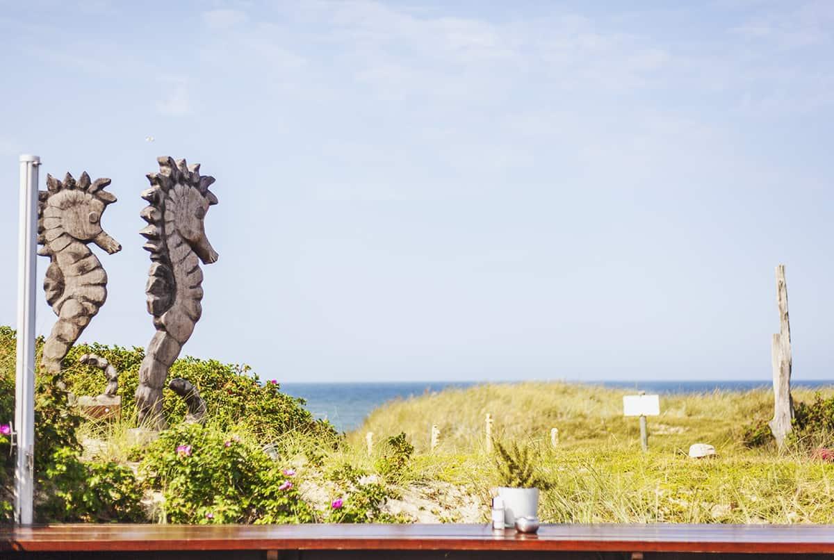 Strandrestaurant Samoa Seepferdchen Holzfiguren Terrasse