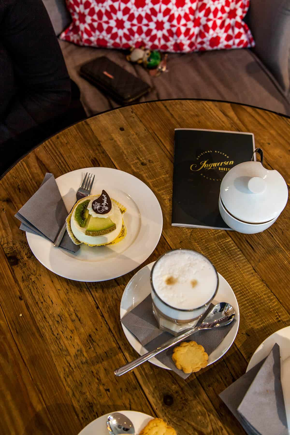 Ingwersen Bakery im Lister Markt in List auf Sylt mit Törtchen und Kaffee