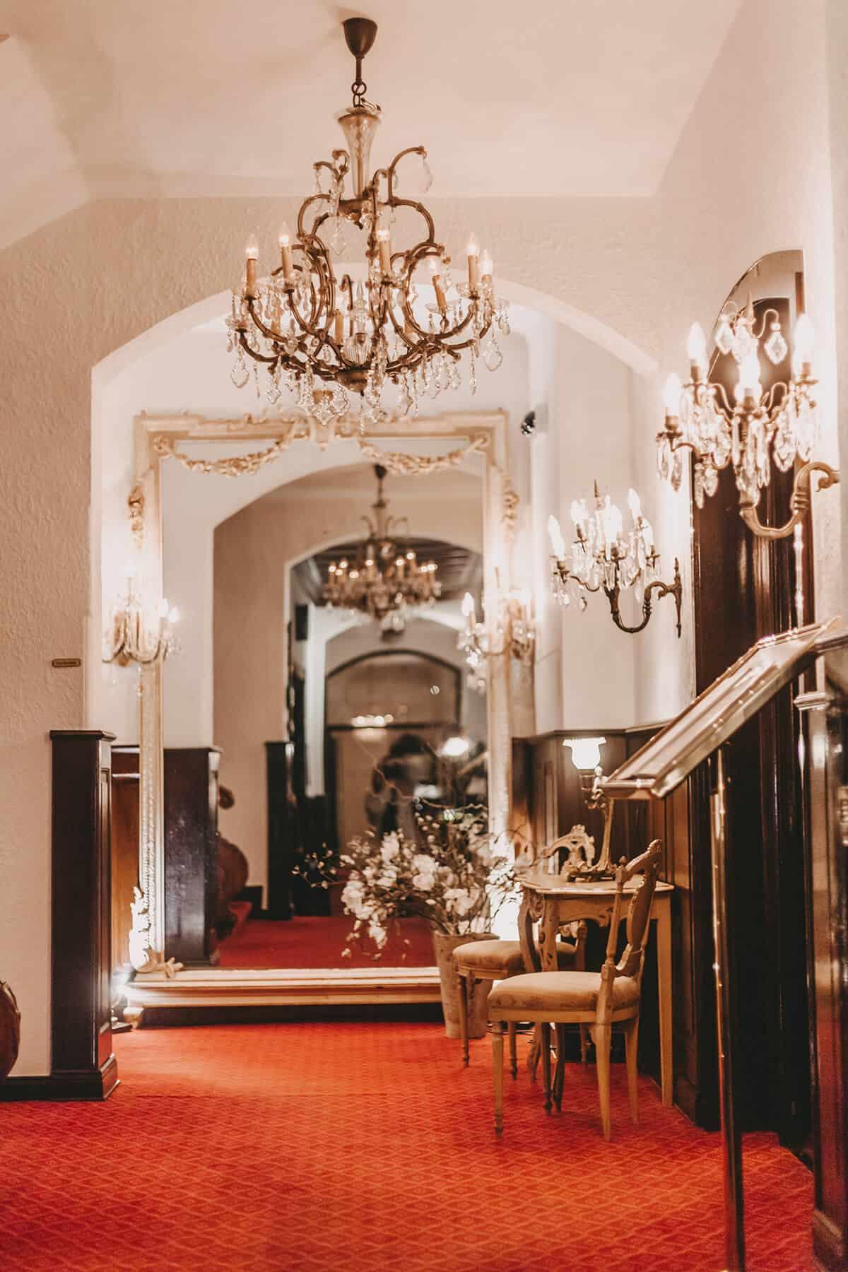 Hotel Miramar Westerland auf Sylt Eingangsbereich Kronleuchter Teppich