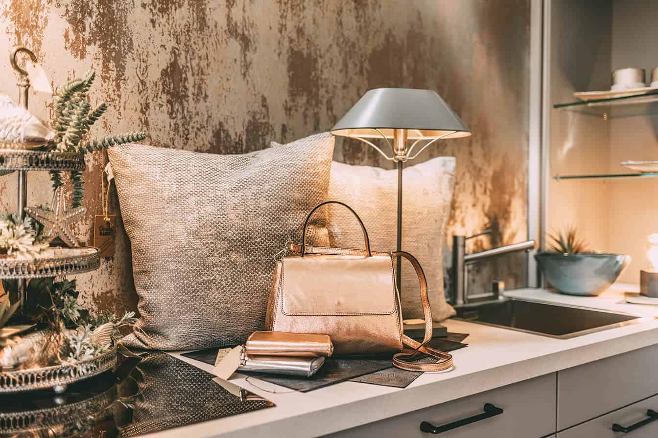 Sylter Interieur: Arrangement aus Leuchte, Kissen und Handtaschen
