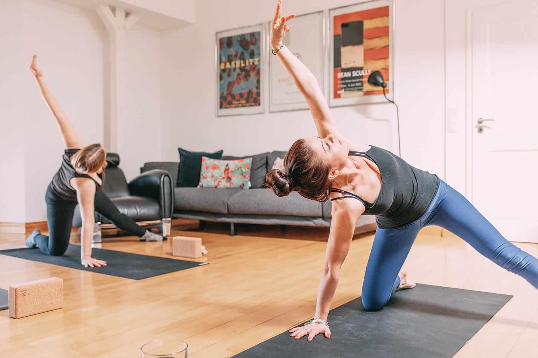 Finja und Lisa machen Yoga